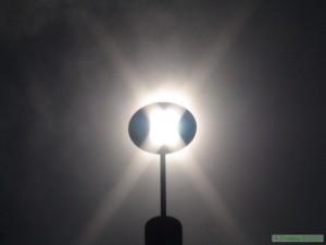 Die Lochscheibe projiziert das Sonnenlicht auf die Mittagslinie der Sonnenuhr.