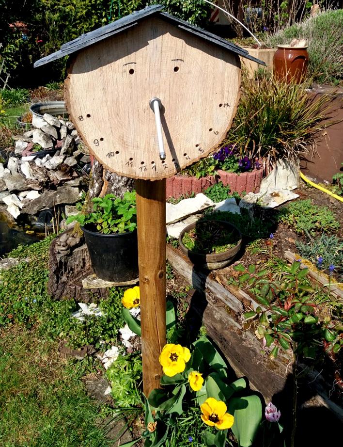 Insektenhotel mit Sonnenuhr